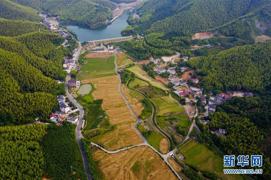 图:俯瞰浙江省安吉县上墅乡刘家塘村的美丽乡村景色
