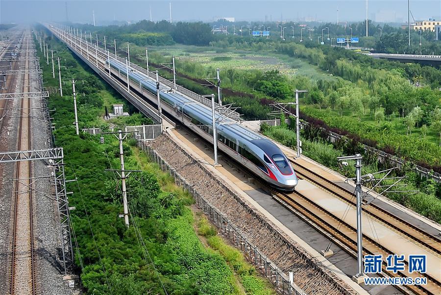 """图:一列中国标准动车组""""复兴号""""列车行驶在京津城际高铁线路上(2017年8月31日摄)"""