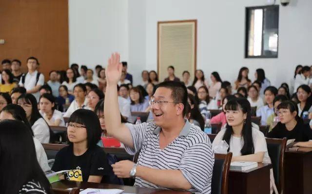 图:外交部宣讲同学们积极提问